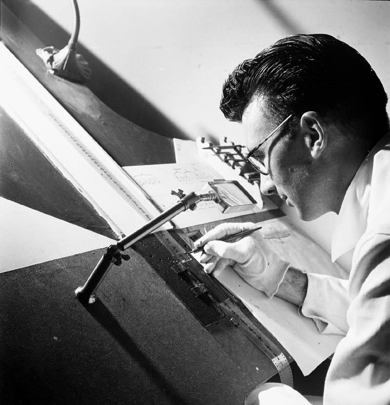Norman McLaren zeichnet direkt auf Film © Jack Long/NFB 1944