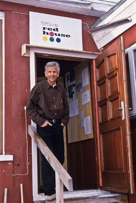 Robert Peroni vor seinem roten Haus